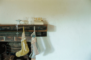暖炉につる下げられた2足の靴下の写真素材 [FYI03954276]