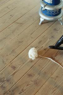ストーブと毛糸の写真素材 [FYI03954281]
