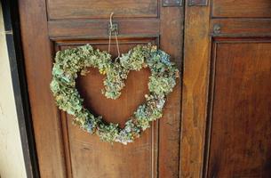扉に飾られたハート型のリースの写真素材 [FYI03954283]