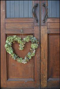 扉に飾られたハート型のリースの写真素材 [FYI03954284]