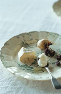 皿に盛られたチーズの写真素材 [FYI03954289]