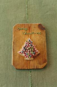カットボードに置かれたツリー型クッキーの写真素材 [FYI03954309]