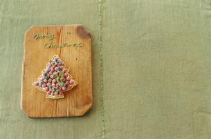 カットボードに置かれたツリー型クッキーの写真素材 [FYI03954310]