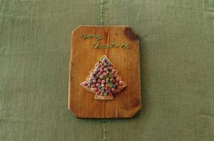 カットボードに置かれたツリー型クッキーの写真素材 [FYI03954312]