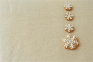 テーブルに置かれた結晶型クッキーの写真素材 [FYI03954315]