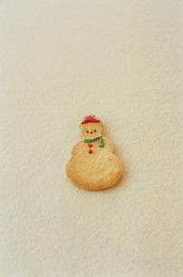 テーブルに置かれた雪だるま型クッキーの写真素材 [FYI03954316]