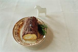 皿に置かれたブッシュドノエルの写真素材 [FYI03954318]