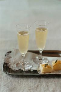 トレイに置かれたシャンパンとパイの写真素材 [FYI03954319]