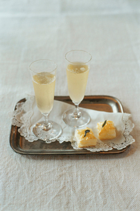 トレイに置かれたシャンパンとパイの写真素材 [FYI03954321]