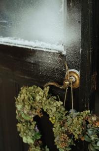 扉に飾られたハートカ型リースの写真素材 [FYI03954326]