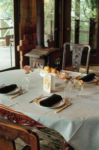 テーブルセッティングされた食卓の写真素材 [FYI03954328]
