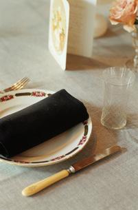 テーブルセッティングされた食卓の写真素材 [FYI03954330]