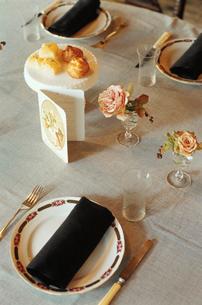 テーブルセッティングされた食卓の写真素材 [FYI03954333]