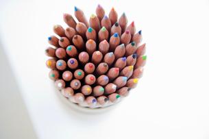 鉛筆立てに入っている色鉛筆の写真素材 [FYI03954341]