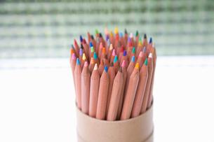 鉛筆立てに入っている色鉛筆の写真素材 [FYI03954343]