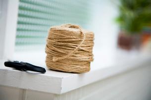 窓際に置かれた紐とハサミの写真素材 [FYI03954365]