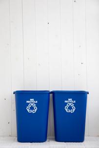 壁際に置かれたゴミ箱2つの写真素材 [FYI03954371]