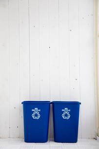 壁際に置かれたゴミ箱2つの写真素材 [FYI03954373]