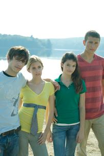 湖畔の前に立つ学生達の写真素材 [FYI03954423]