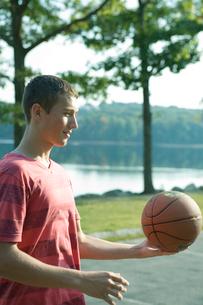 バスケットボールを手にのせる男子学生の写真素材 [FYI03954435]