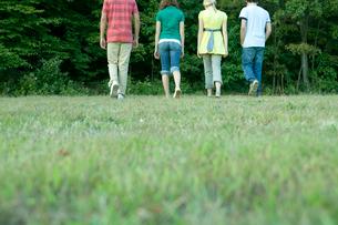 散歩する男女学生4人の背中の写真素材 [FYI03954446]