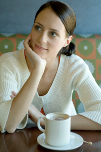 肘をついて話を聞く女性の写真素材 [FYI03954535]