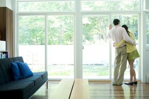窓際で抱き合うカップルの写真素材 [FYI03954548]