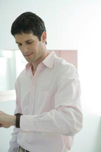 腕時計を見る男性の写真素材 [FYI03954584]