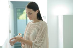 手首に香水をつける女性の写真素材 [FYI03954586]
