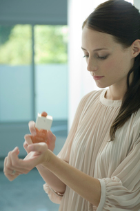 手首に香水をつける女性の写真素材 [FYI03954588]