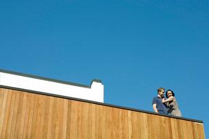 バルコニーでじゃれ合うカップルの写真素材 [FYI03954592]