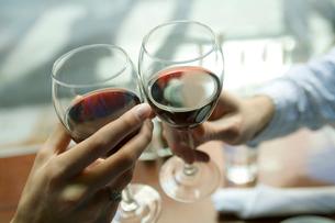 ワインで乾杯する手元の写真素材 [FYI03954629]