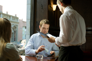 支払いをする男性の写真素材 [FYI03954633]