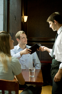 支払いをする男性の写真素材 [FYI03954634]