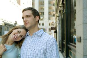 肩を寄せ合い歩くカップルの写真素材 [FYI03954638]