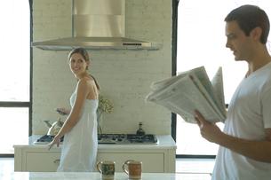 キッチンで談笑するカップルの写真素材 [FYI03954655]