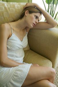 ソファでくつろぐ女性の写真素材 [FYI03954669]