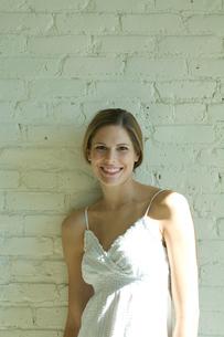 壁際で微笑む女性の写真素材 [FYI03954671]