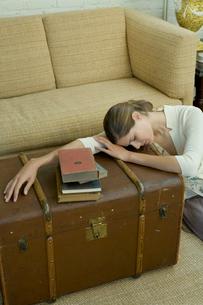 居間でうたた寝をする女性の写真素材 [FYI03954691]