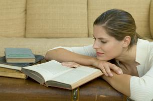 本を読む女性の写真素材 [FYI03954692]
