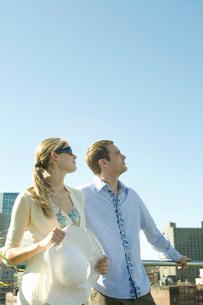 空を見上げるカップルの写真素材 [FYI03954694]