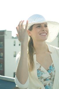 帽子をかぶり微笑む女性の写真素材 [FYI03954696]