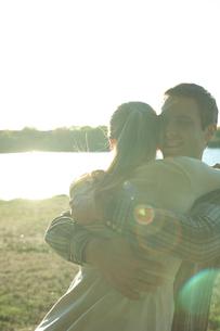 抱き合うカップルの写真素材 [FYI03954705]