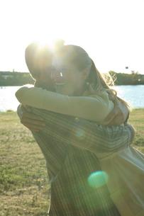 抱き合うカップルの写真素材 [FYI03954706]