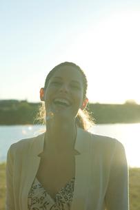 川原で微笑む女性の写真素材 [FYI03954712]