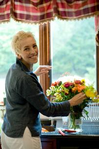 花を活けるシニア女性の写真素材 [FYI03954730]