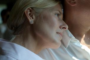 窓の外を眺めるシニア女性の写真素材 [FYI03954747]