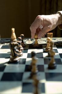 チェスをするシニア男性の手元の写真素材 [FYI03954758]
