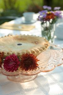 テーブルに置かれたパイの写真素材 [FYI03954787]