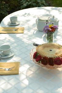 テーブルに置かれたパイとティーセットの写真素材 [FYI03954789]